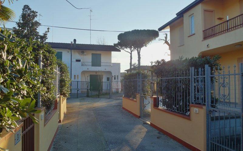 Villetta al piano terra con tre camere da letto e giardino privato