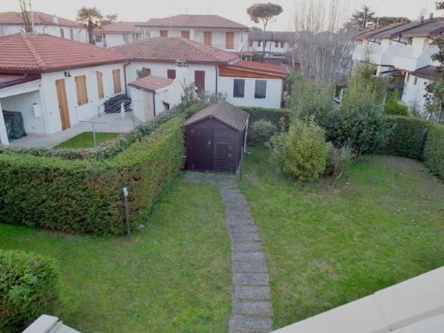 Villetta al primo piano con tre camere da letto e giardino privato