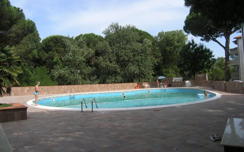 Appartamento trilocale al piano terra in residence con piscina